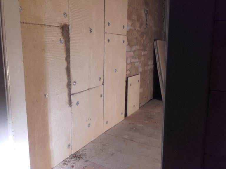 Lehmplatten auf Baksteinwand